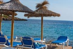Голубое море, пляж с зонтиком на Мальорке Стоковое Изображение