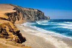 Голубое море с волнами рядом с скалистой скалой стоковые фотографии rf