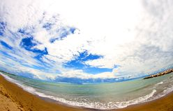 Голубое море с небом полным облаков Стоковое фото RF