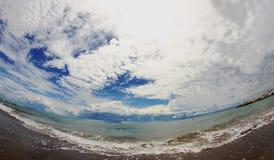 Голубое море с небом полным облаков Стоковая Фотография RF