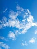 Голубое небо & белые облака стоковое изображение rf