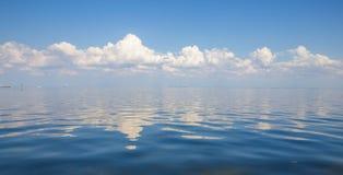Голубое небо, вода и белые облака Стоковое Фото