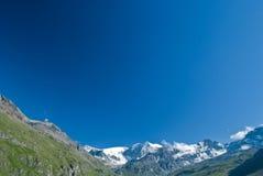 Голубое небо в горных вершинах стоковое фото rf