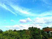 Голубое небо в полдень стоковые изображения rf