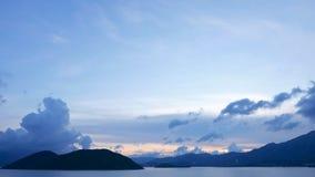 Голубое небо, гора и мирное озеро Стоковые Фотографии RF