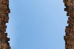 Голубое небо лета над верхней частью старой кирпичной стены в Англии Стоковая Фотография