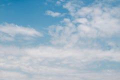Голубое небо заволакивает предпосылка Стоковые Изображения