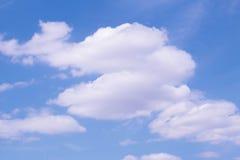 Голубое небо заволакивает предпосылка Стоковое фото RF