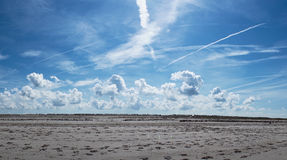Голубое небо заволакивает пляж Стоковое Изображение RF