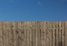 голубое небо загородки деревянное Стоковые Изображения