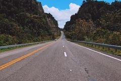 Голубое небо и автомобиль стоковое изображение rf