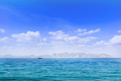 Голубое небо и белое облако над океаном и Лонг-Айленд Стоковые Изображения