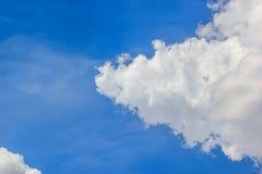 Голубое небо и белое облако Стоковое Изображение
