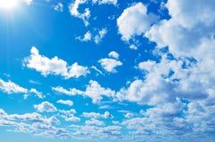 Голубое небо и белые облака в Хельсинки, Финляндии Стоковое Изображение