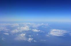 Голубое небо и взгляд верхней границы облаков от окна самолета Стоковая Фотография