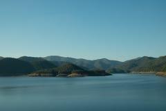 Голубое небо и гора в воде Стоковое Изображение RF