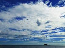 Голубое небо и гора в море Стоковое фото RF