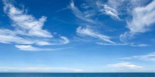 Голубое небо и голубое море Стоковые Фотографии RF