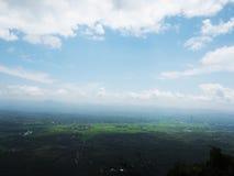 Голубое небо и зеленое поле Стоковое Изображение