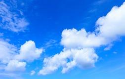 Голубое небо и красивые белые облака Стоковые Изображения RF