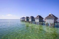 Голубое небо и красивый зеленый вид на море от острова mabul Стоковые Изображения