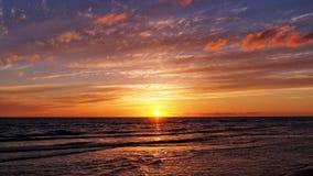 Голубое небо и красные облака на заходе солнца Стоковые Фотографии RF