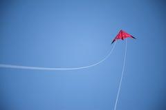 Голубое небо, и красные строки летая змея и белых Стоковое Изображение RF