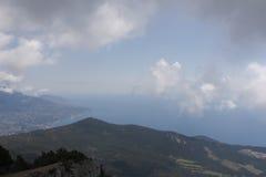 Голубое небо и море с высокими горами Стоковое фото RF