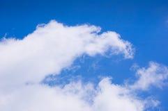 Голубое небо и облака в полдень на чистом воздухе стоковое изображение