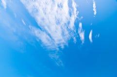 Голубое небо и облака в полдень на чистом воздухе стоковая фотография rf