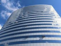 Голубое небо и облака около небоскреба Стоковое Изображение RF