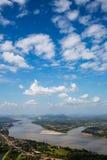 Голубое небо и река от точки зрения стоковое изображение rf