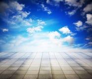 Серые пол и небо стоковое фото