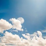 Голубое небо и луна Стоковое Изображение RF