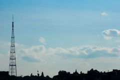 Голубое небо и FM-башня стоковые фотографии rf