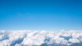 Голубое небо над белым пушистым облаком, предпосылкой cloudscape с космосом экземпляра стоковые изображения rf
