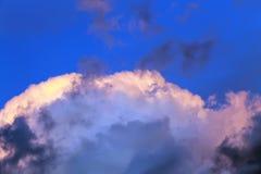 Голубое небо над верхней частью белизны дождевого облако Стоковая Фотография