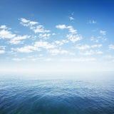 Голубое небо над водой моря или океана стоковое изображение rf