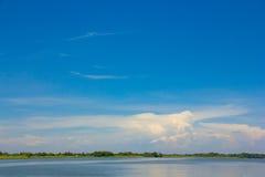 Голубое небо над водой Стоковая Фотография