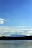Голубое небо над горой на береге озера Стоковые Изображения RF