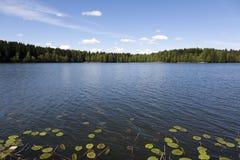 Голубое небо над озером Стоковое Фото