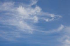 Голубое небо на яркий солнечный день стоковые фотографии rf