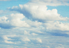 Голубое небо, облака и свет солнца Стоковые Изображения RF