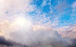 Голубое небо, облака и солнце за облаками Стоковое фото RF