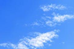 голубое небо облака крупного плана Небо крупного плана голубое и пушистые облака Стоковое Изображение
