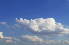 голубое небо облака крупного плана Небо крупного плана голубое и пушистые облака b Стоковая Фотография RF