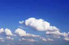 голубое небо облака крупного плана Небо крупного плана голубое и пушистые облака b Стоковое Изображение RF