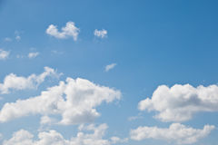 голубое небо облака Стоковые Изображения