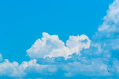 голубое небо облака стоковые фото