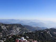 Голубое небо, облако и холмы в Индии стоковое изображение rf